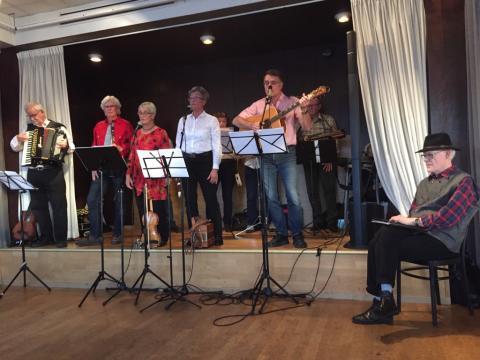 Storbandet på scenen med och utan instrument framför mikrofonstativen