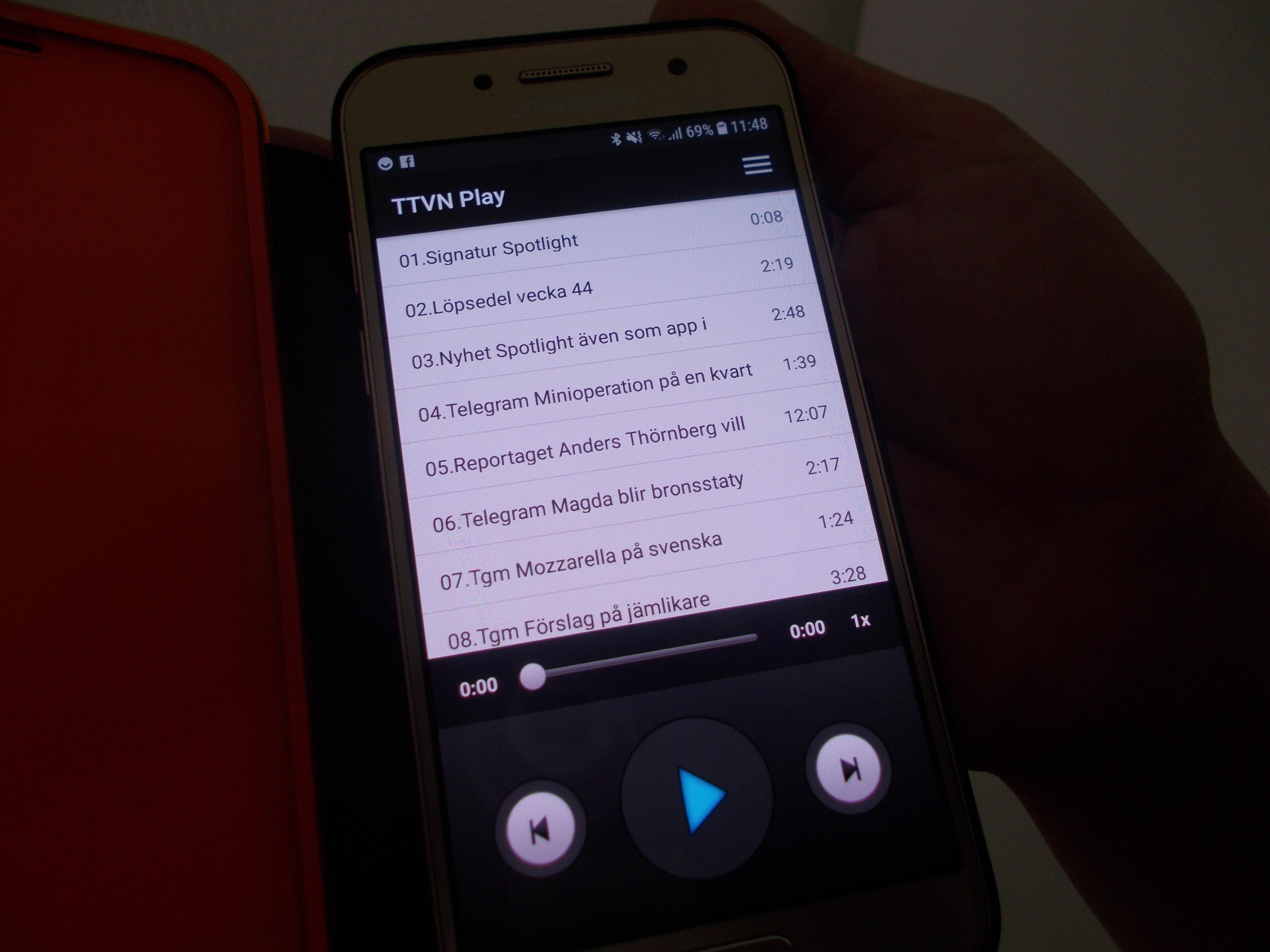 Startsidan på appen syns på displayen på mobiltelefonen