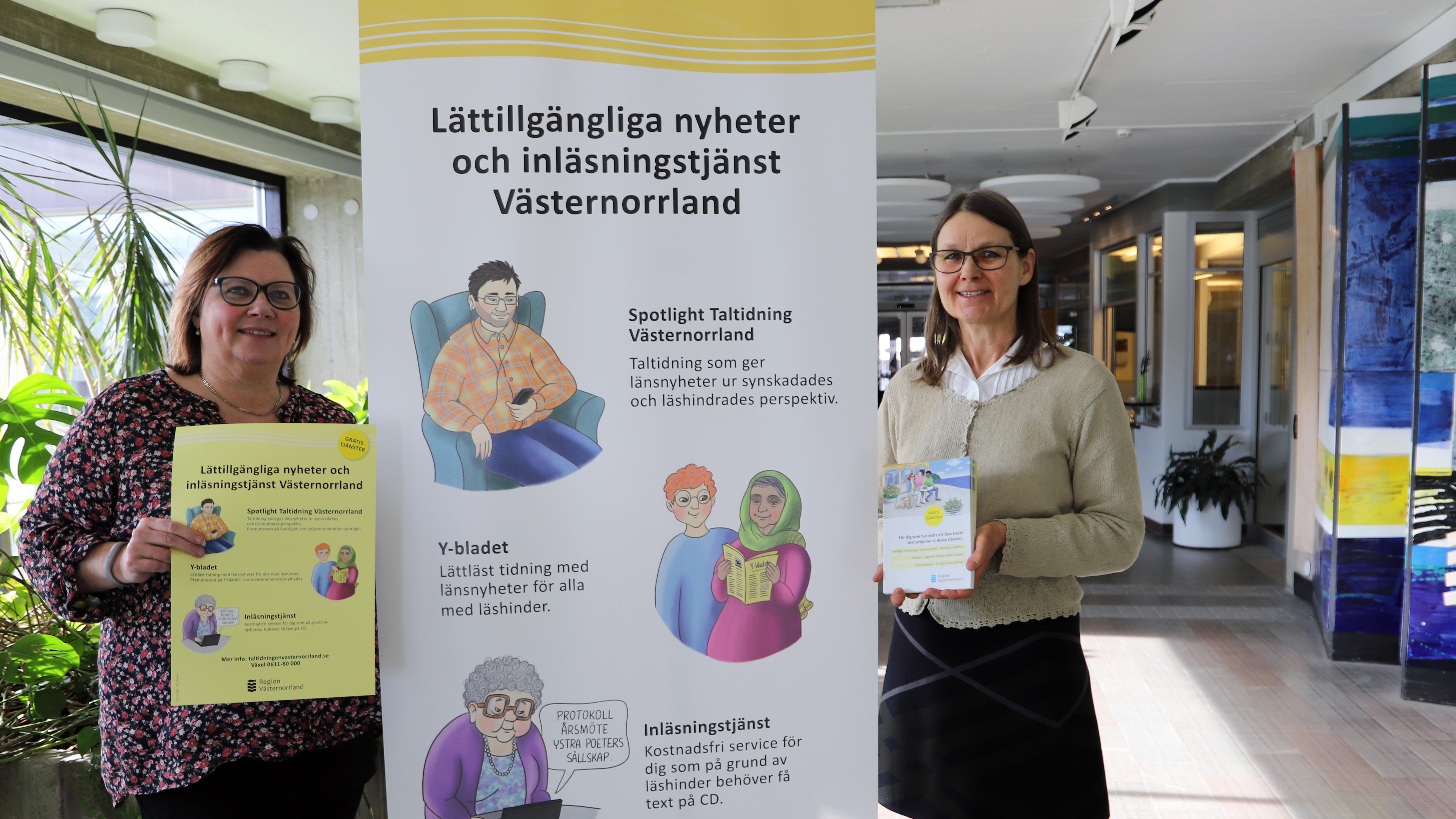 Den nya rollupen, affischen och foldern visas upp av redaktörerna Anette och Monica
