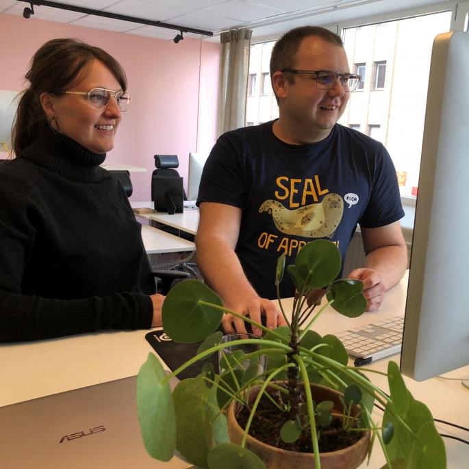 Linda och Jesper står framför en dataskärm