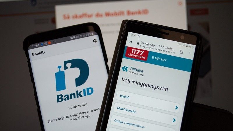 Två mobiler i förgrunder där displayerna visar Bank-id appen och 1177 vårdguiden