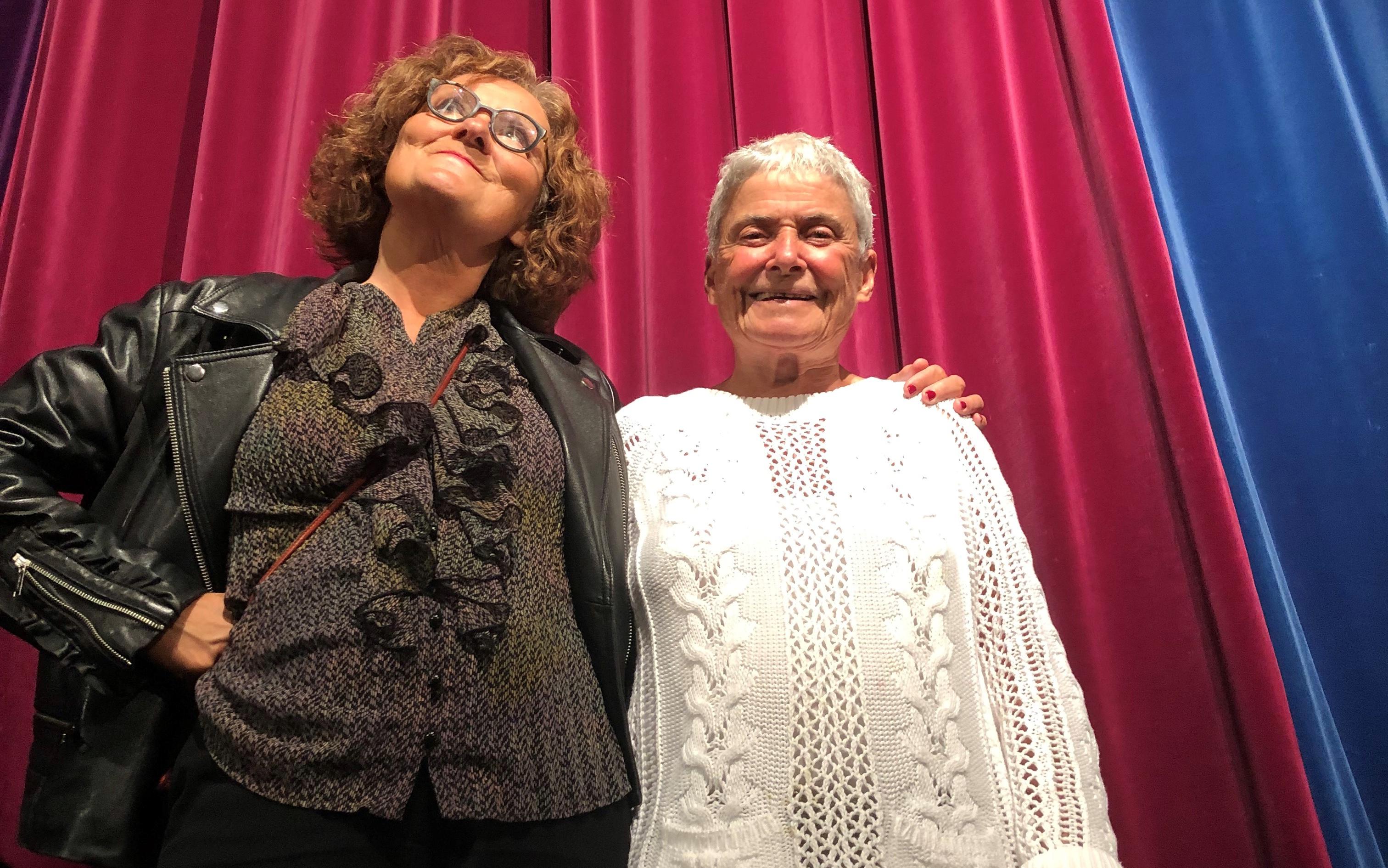 Ebba Witt-Brattström, och Maj Wechselmann står framför ett rödblått draperi i Folkets hus filmsalong