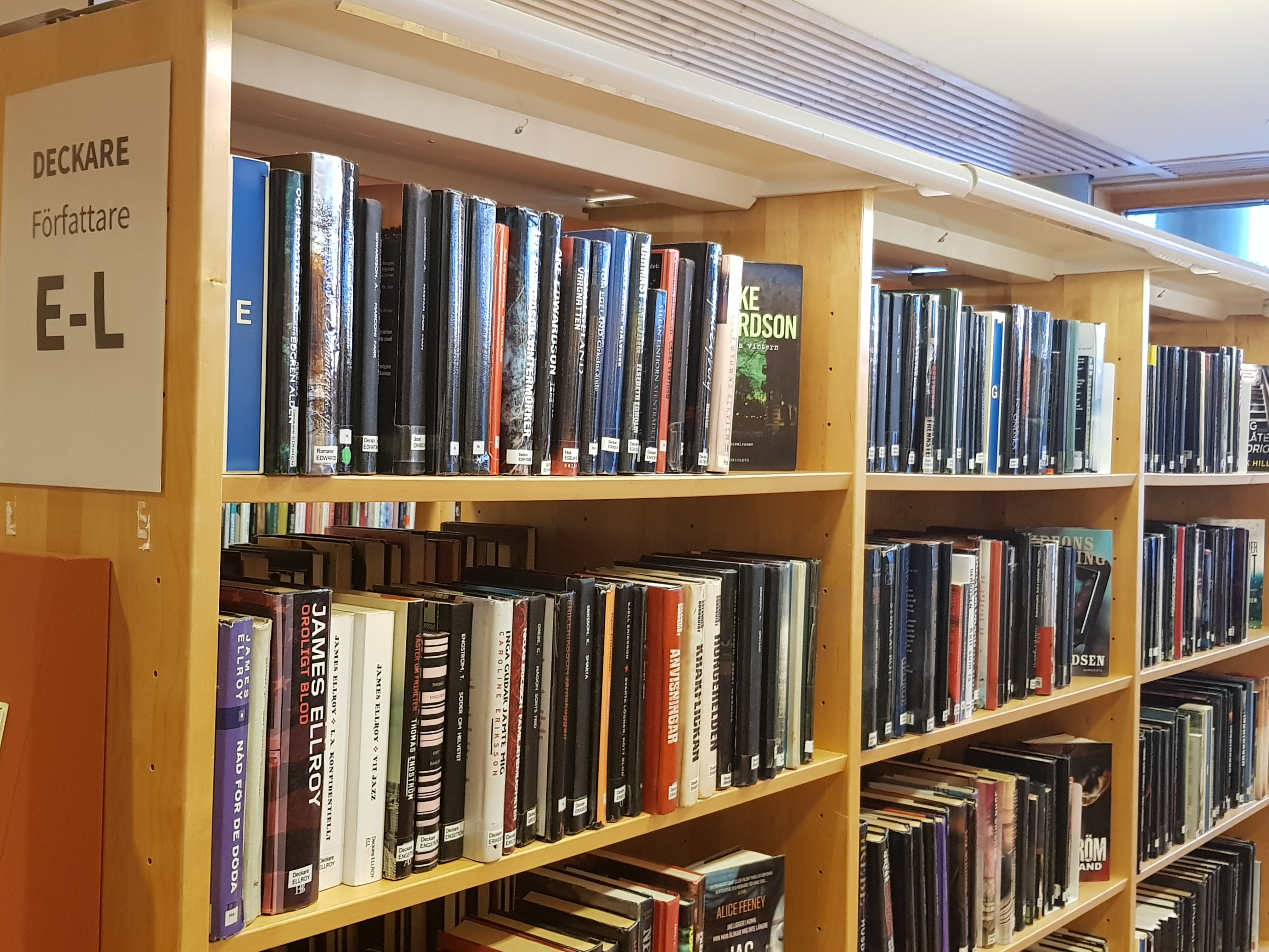En bokhylla med deckare på biblioteket