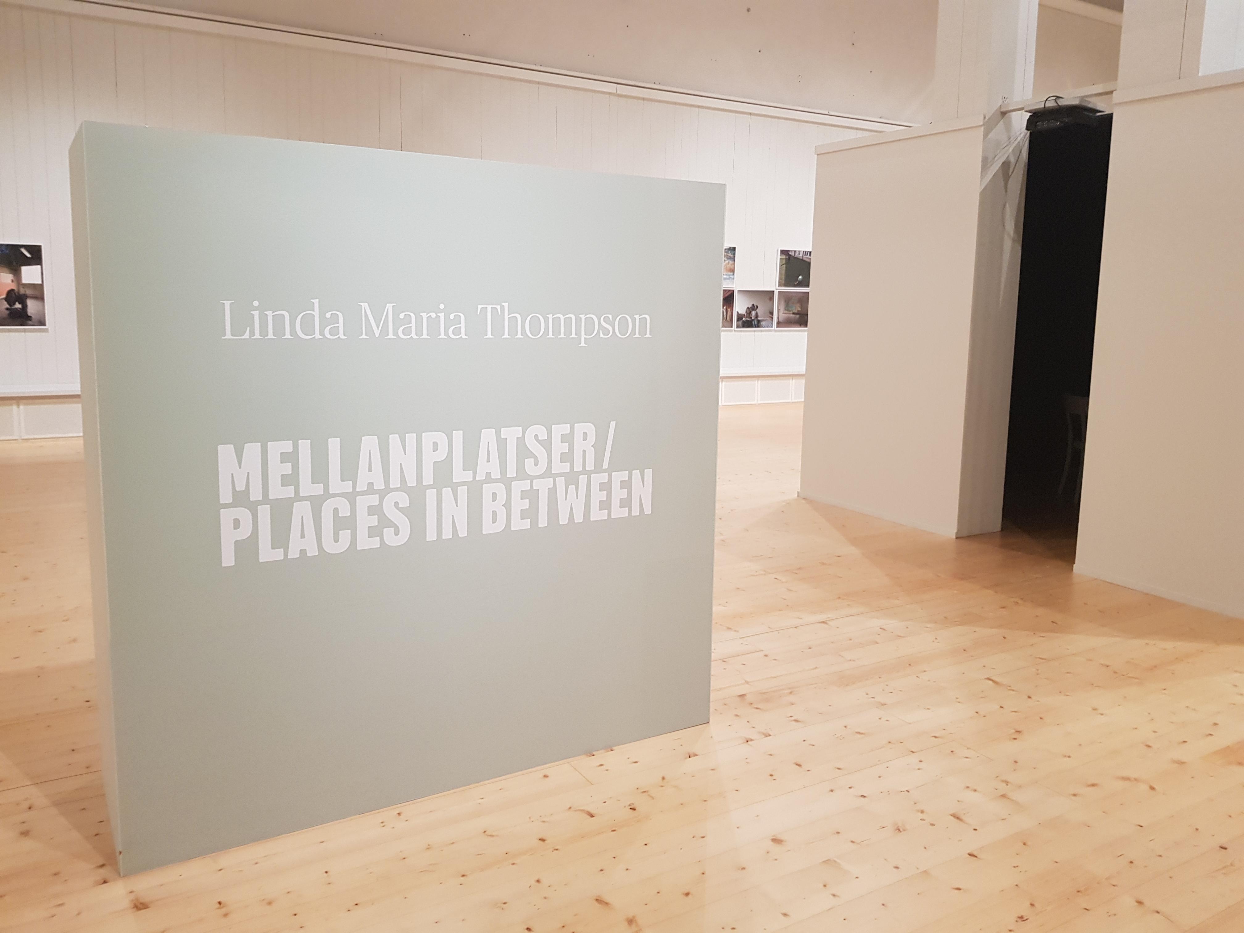 Utställningsrummet och ett rum i rummet där besökaren kan sitta och lyssna på berättelser