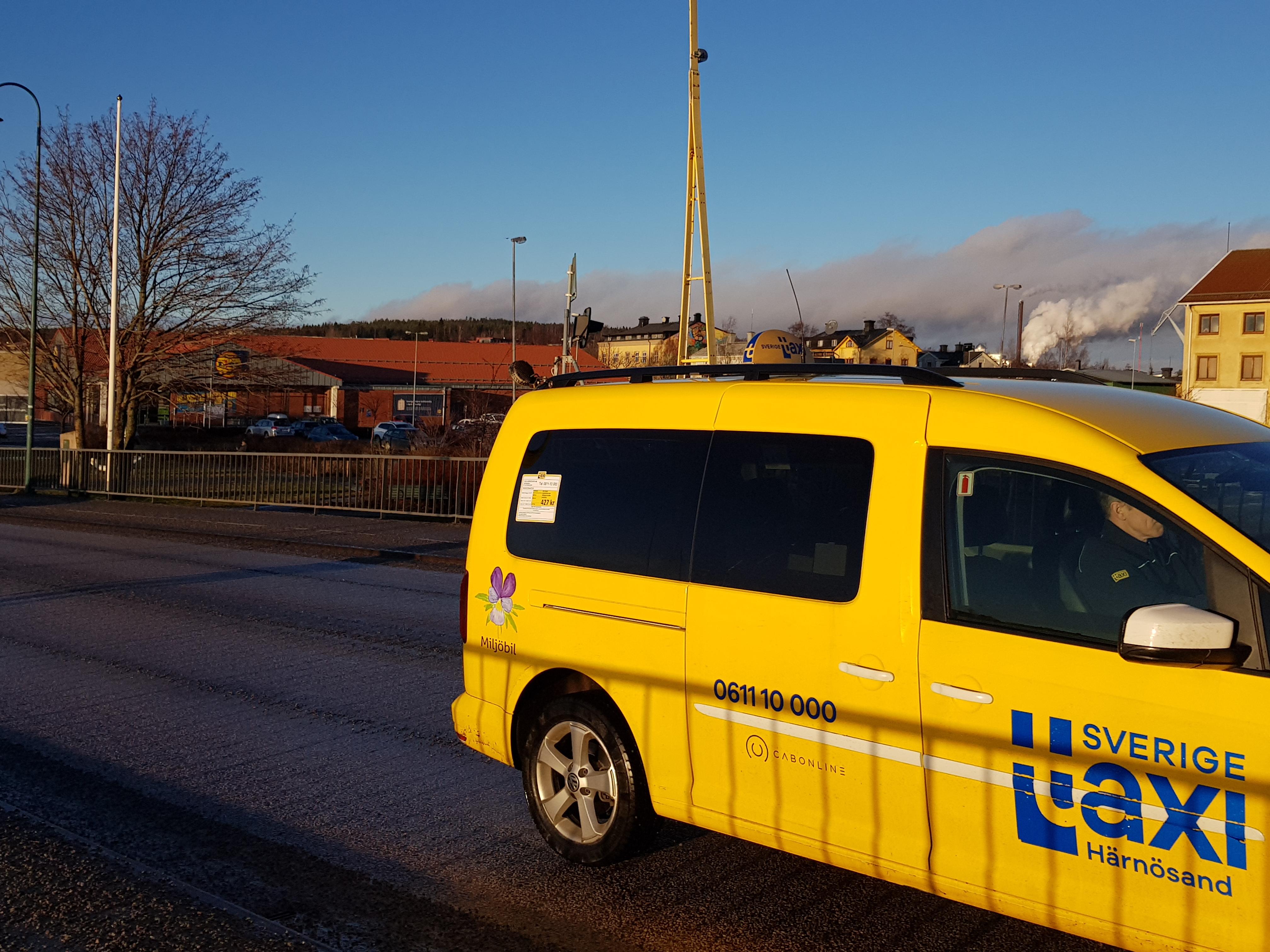 En gul taxi kör över bron i Härnösand