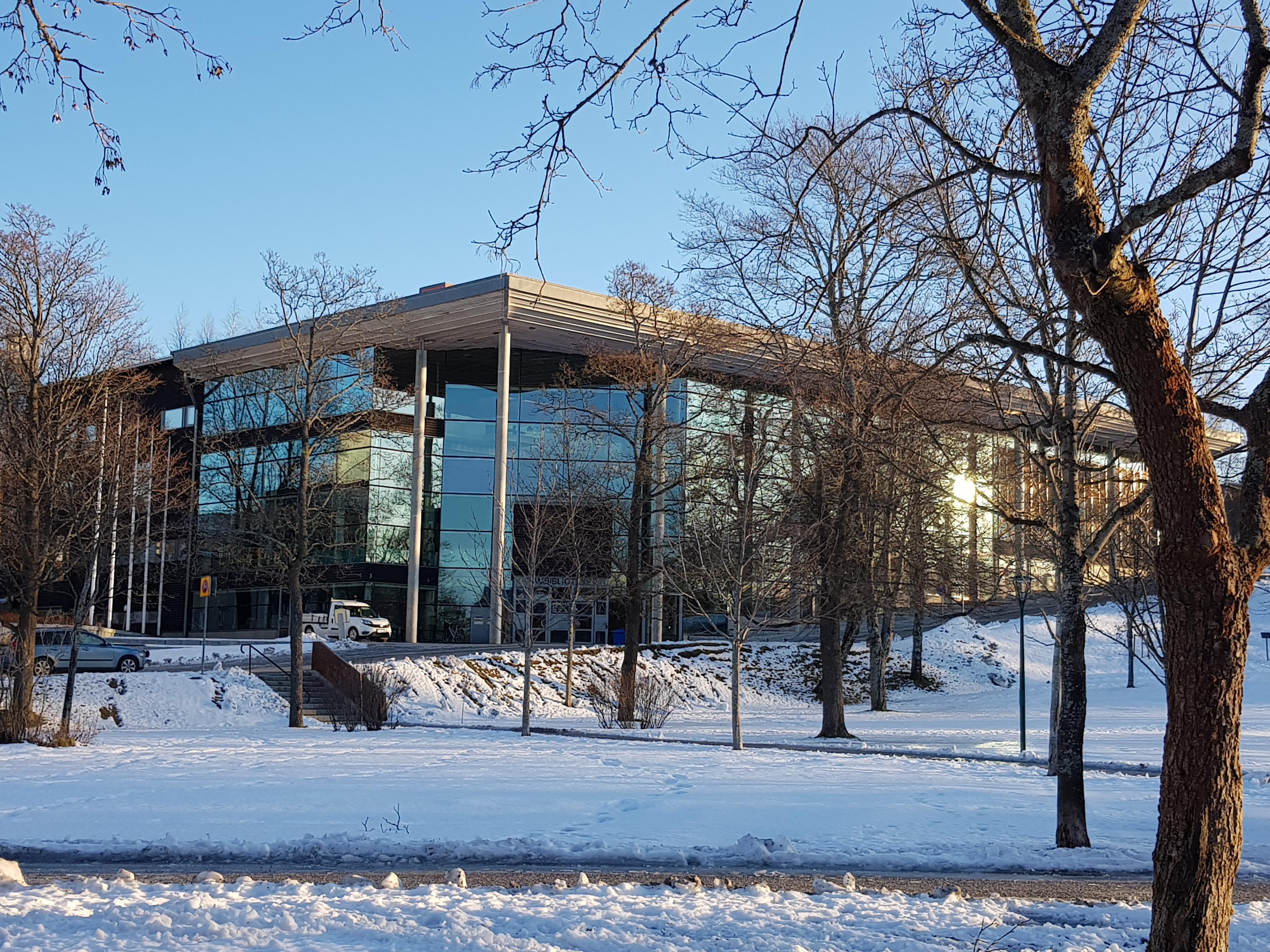 Sambiblioteket exteriört i vit vinterskrud