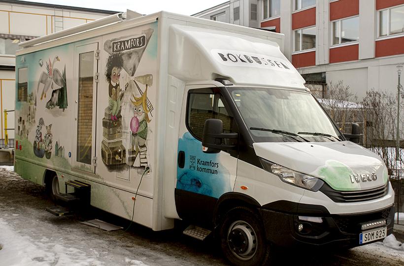 Kramfors nya bokbuss har dekor på utsidan som elever inspirerat till