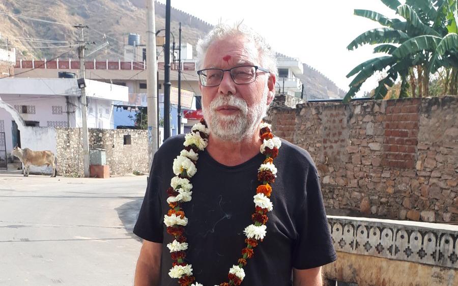 Per-Ingvar Sundgren med blomkrans runt halsen och ett rött tummärke i pannan som tempelprästen i Darjeeling tryckt dit, vilket betyder välsignelse som ger honom tur och lycka.