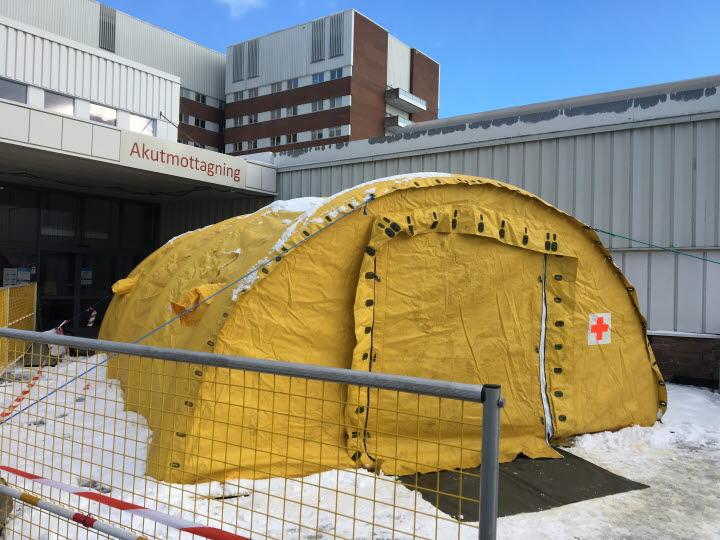 Ett gult halvmåneformat tält finns utan för akutmottagningen