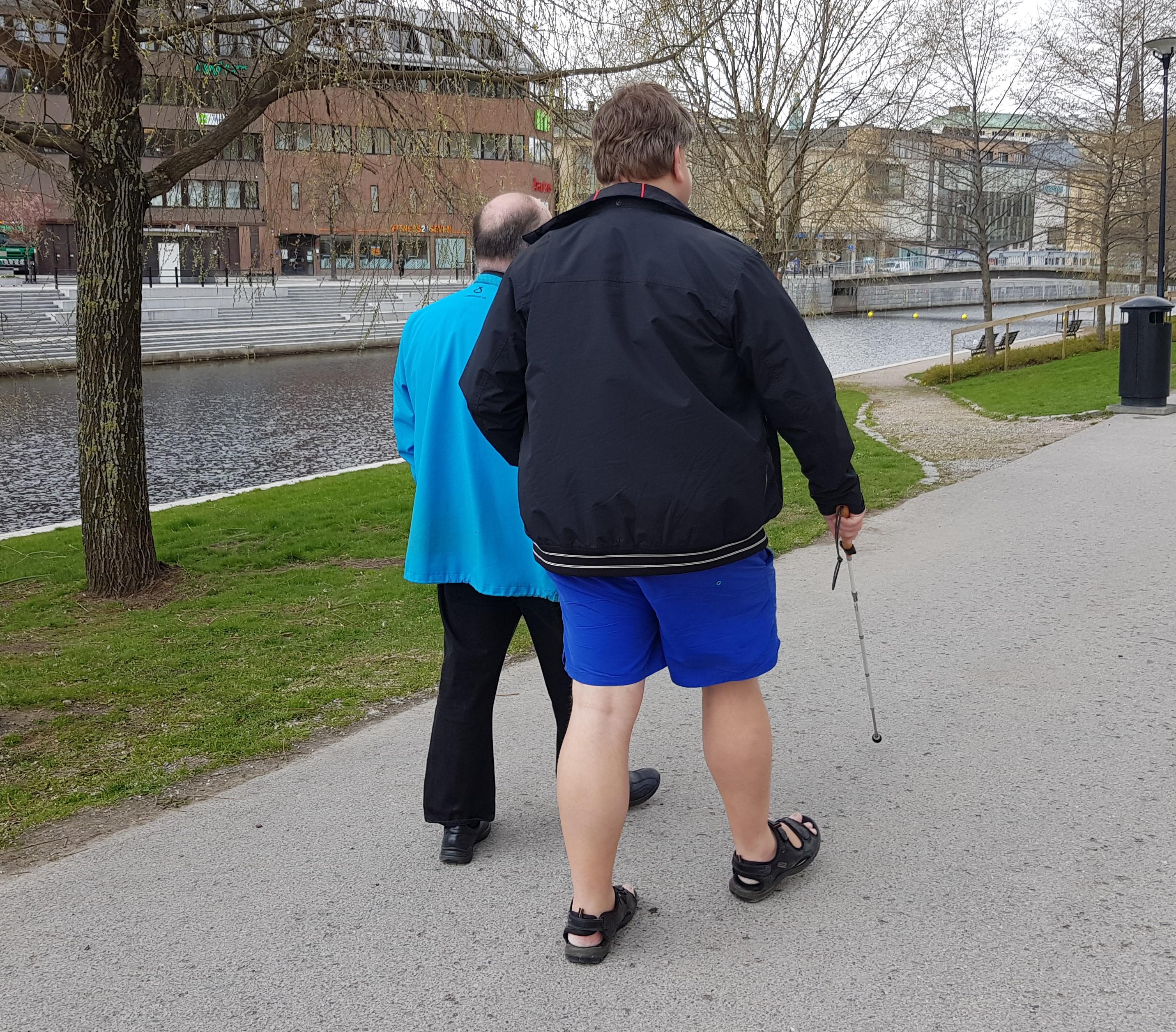 Synskadad man ledsagas på gångvägen vid Selångersån i Sundsvall