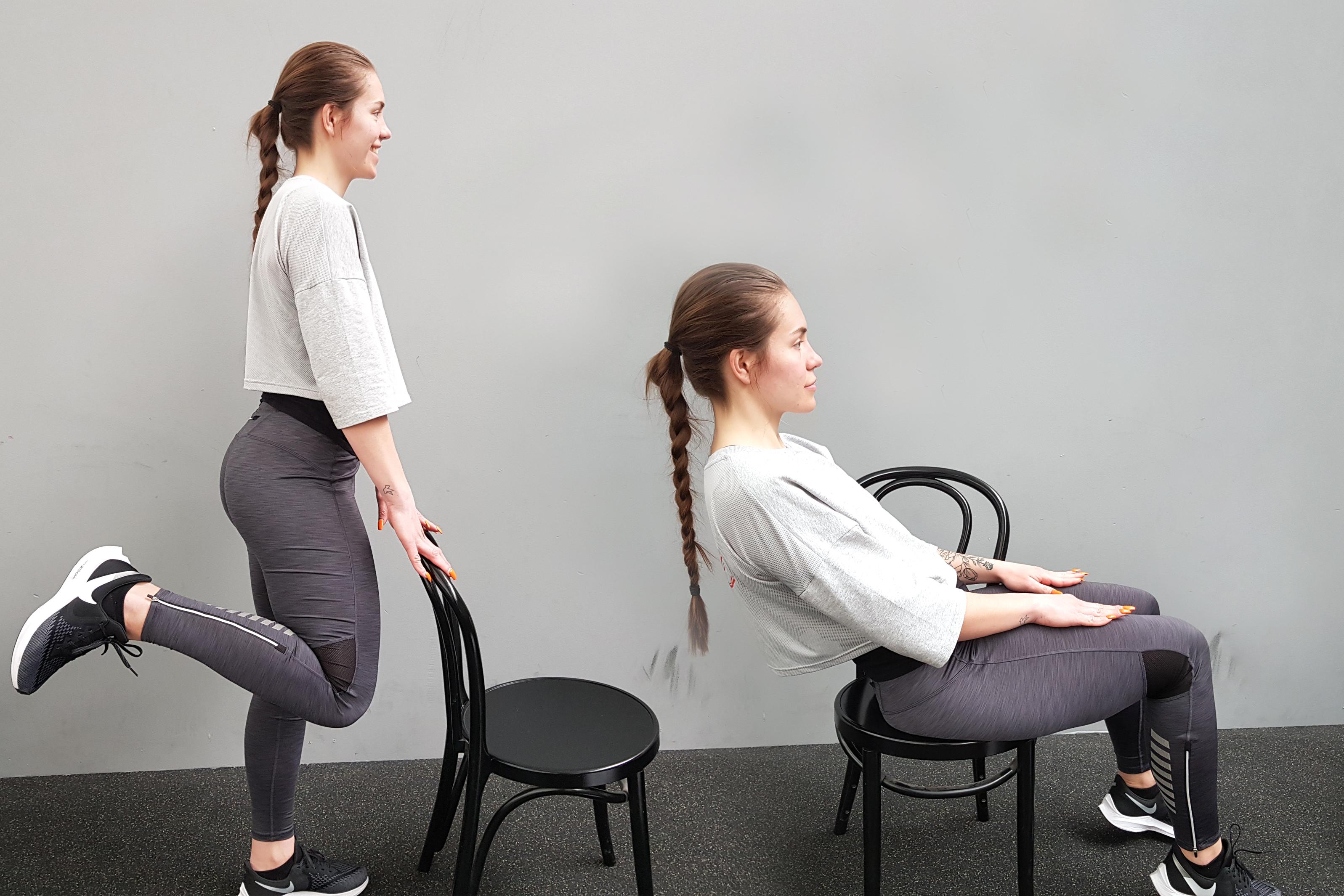 Erica visa 2 övningar med hjälp av en stol. Knäböj bakom stolen och magträning bakåtlutad sittandes på stolen
