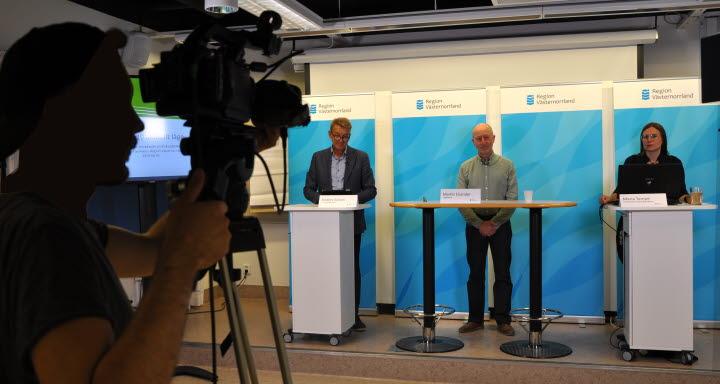 Tf regiondirektör, chefsläkare och biträdande smittskyddsläkare vid podiet under presskonferensen