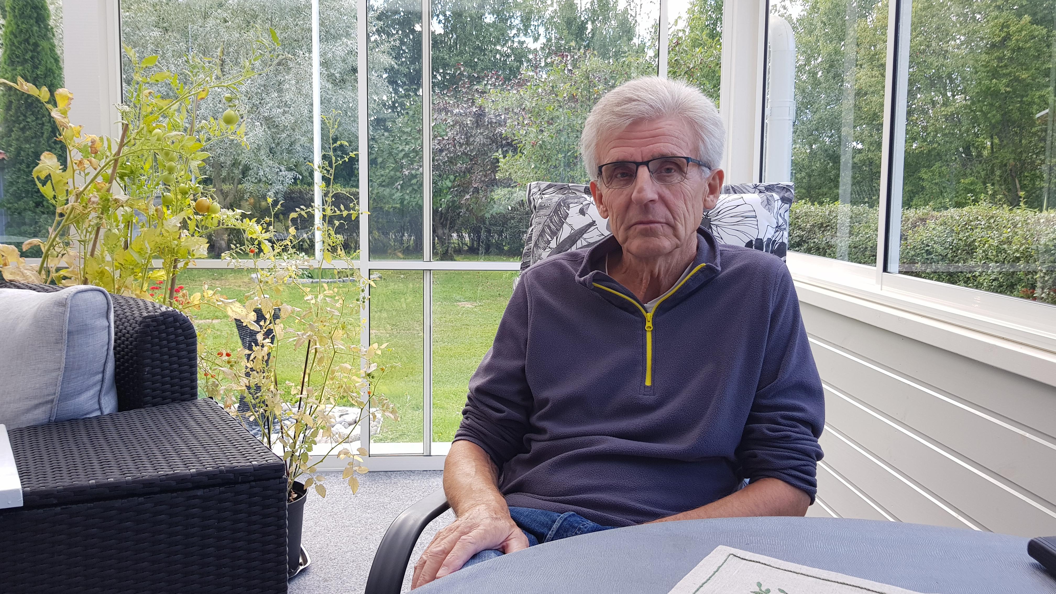 Roger har grått nyklippt hår och sitter på sin inglasade uteveranda