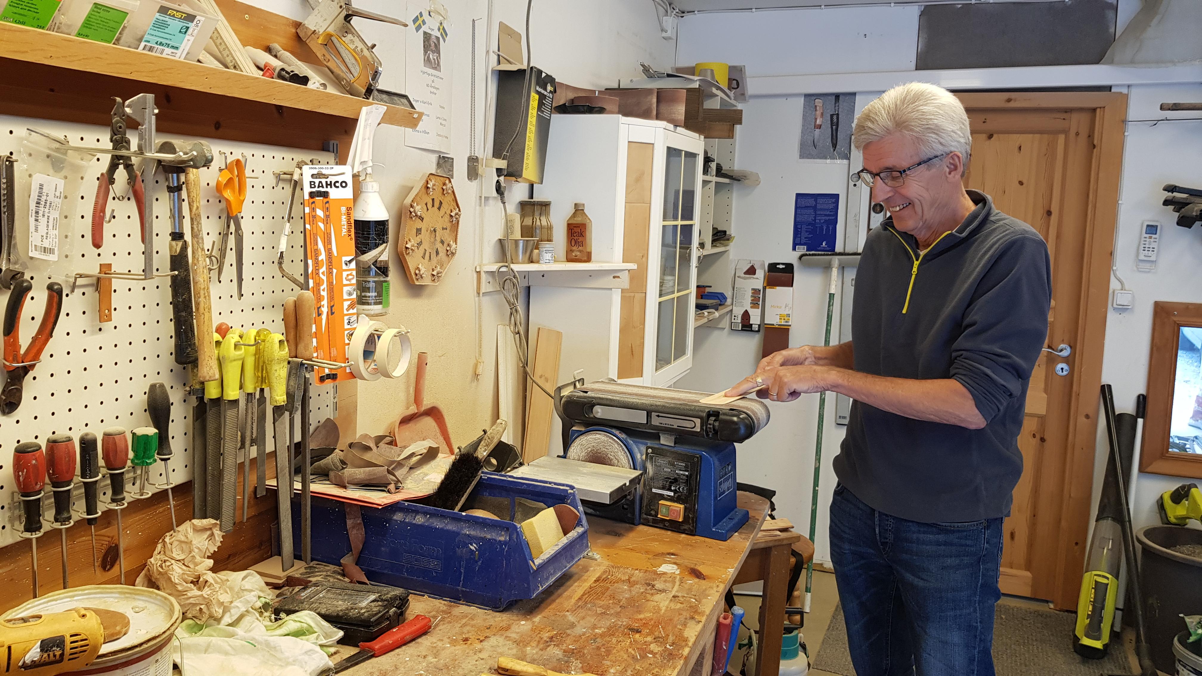 Roger slipar en stekspade i sitt garage