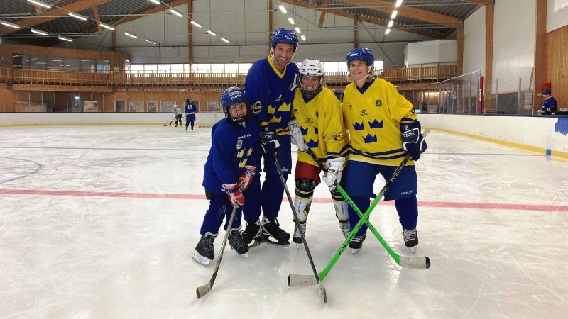Fyra ungdomar iklädd hockeyutrustning på ishockeyplan i Stora Mossen i Stockholm