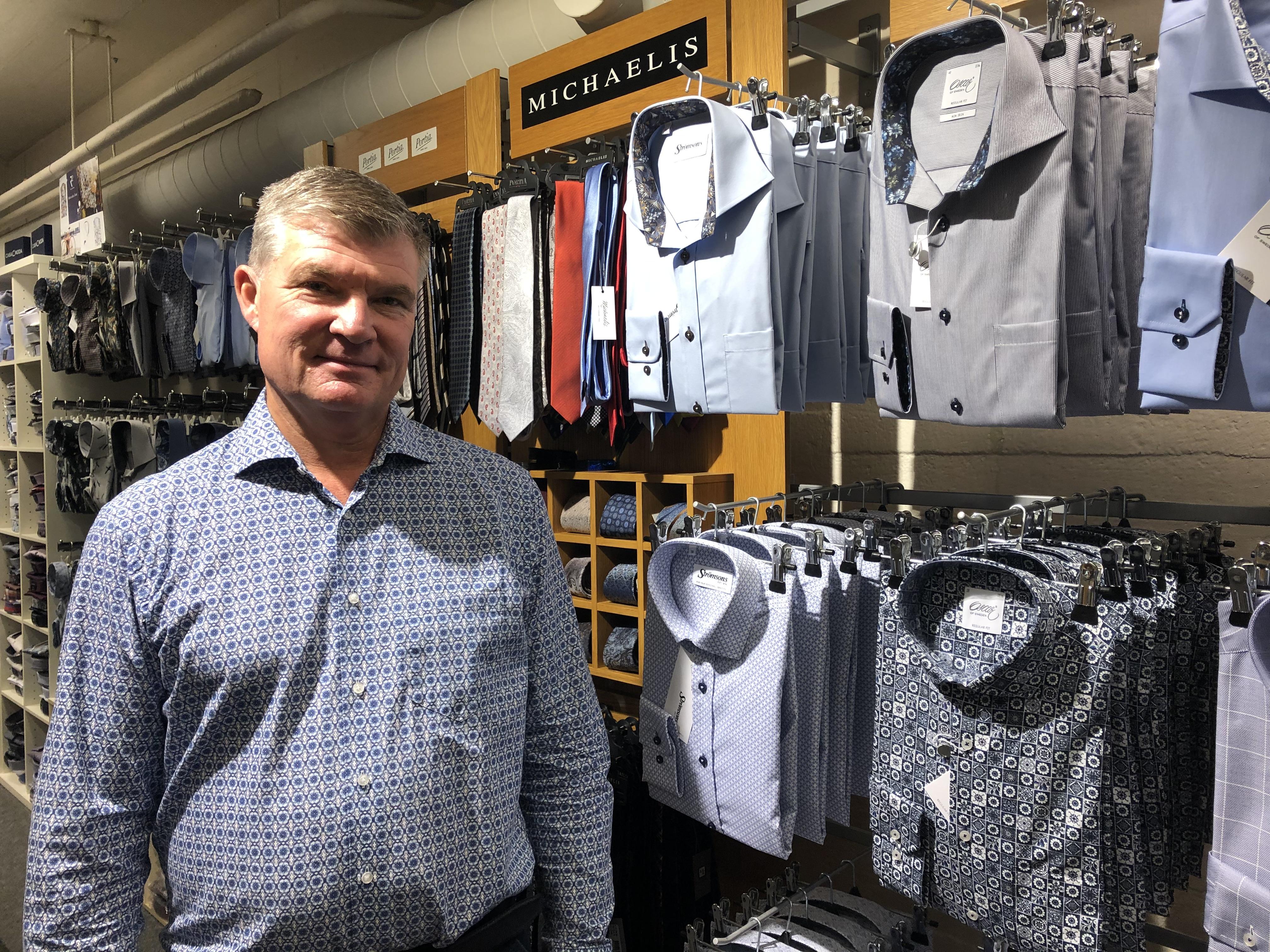 Bland höstens och vinterns mönstrade herrskjortor står Mats Gustafsson själv klädd i en mönstrad skjorta