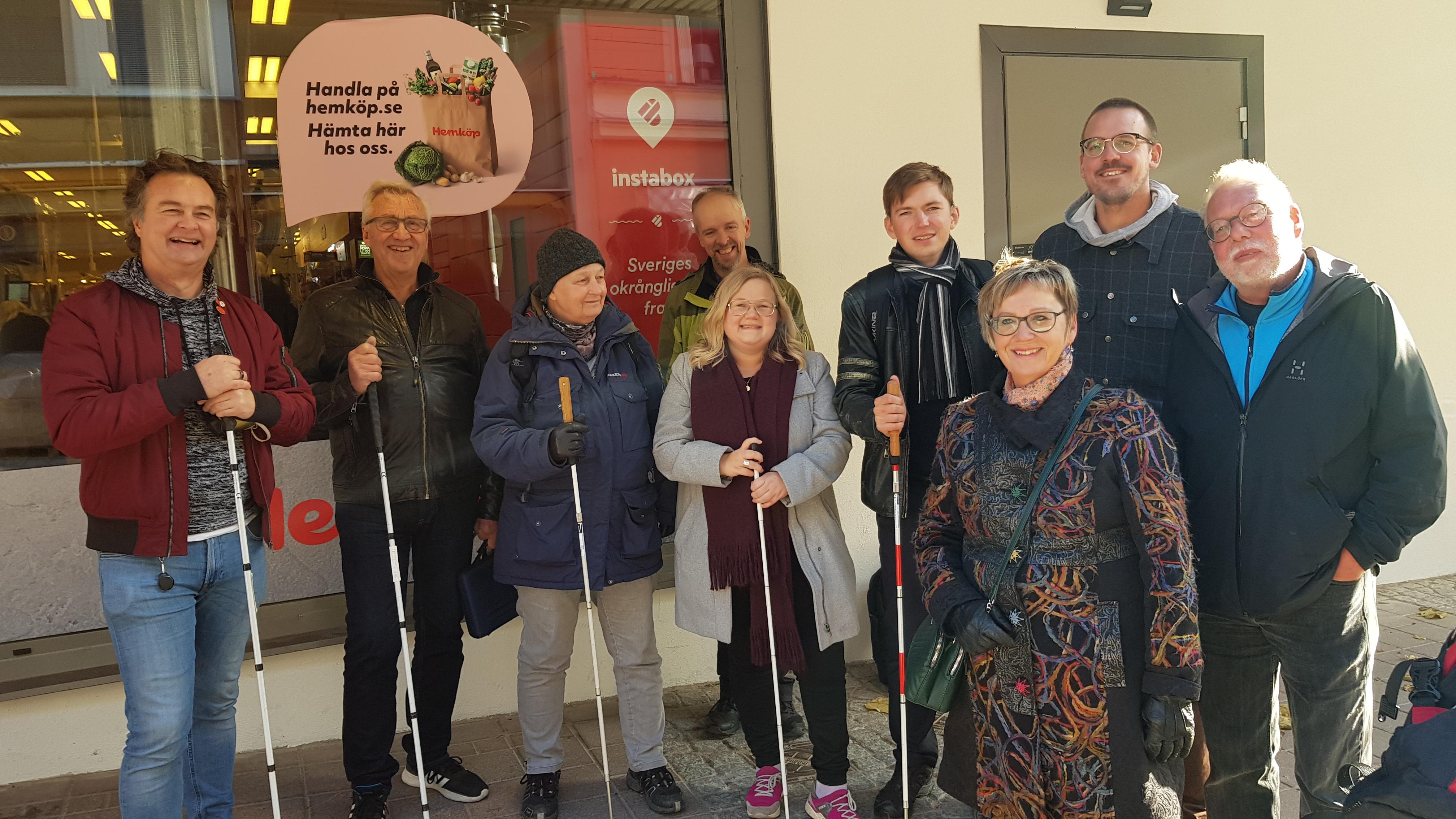 Frida har långt ljust hår och står omringad av politiker och SRF:are utanför Hemköp i Härnösand