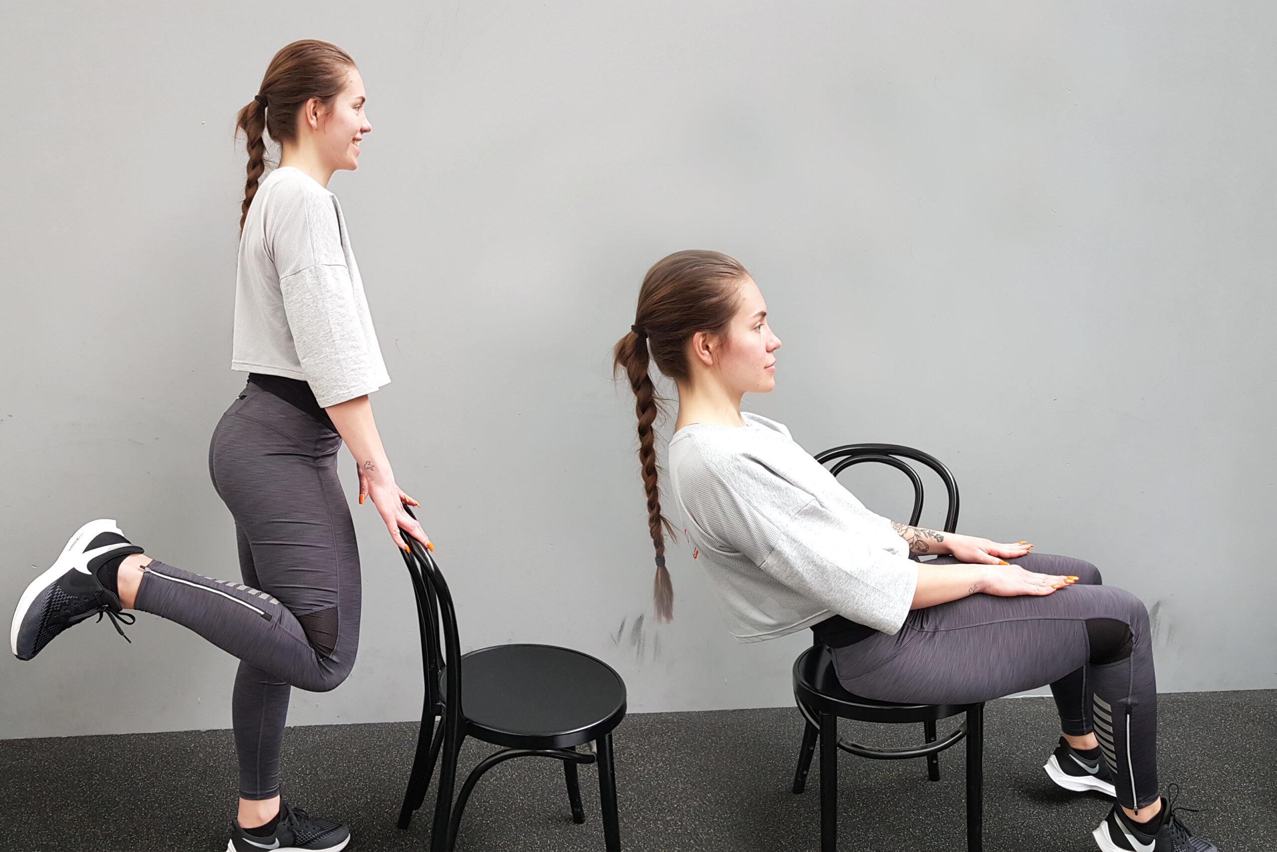 Erika på bilden tränar med hjälp av en stol