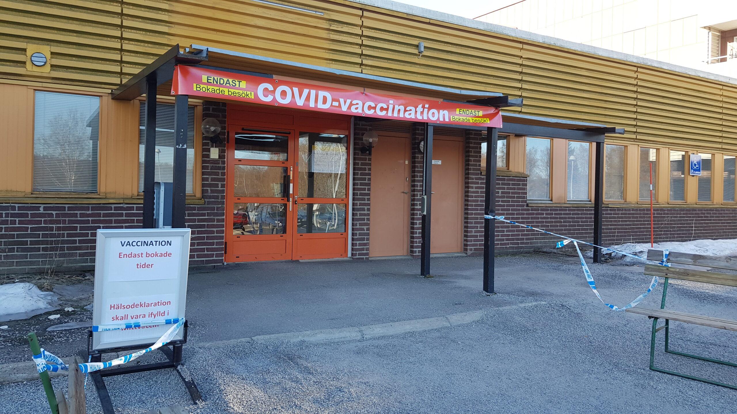 Utanför entrén till en vaccinationscentral i Nacksta, Sundsvall. Avspärrningar, tydliga förmaningar att hålla avstånd och endast vaccination för bokade besök