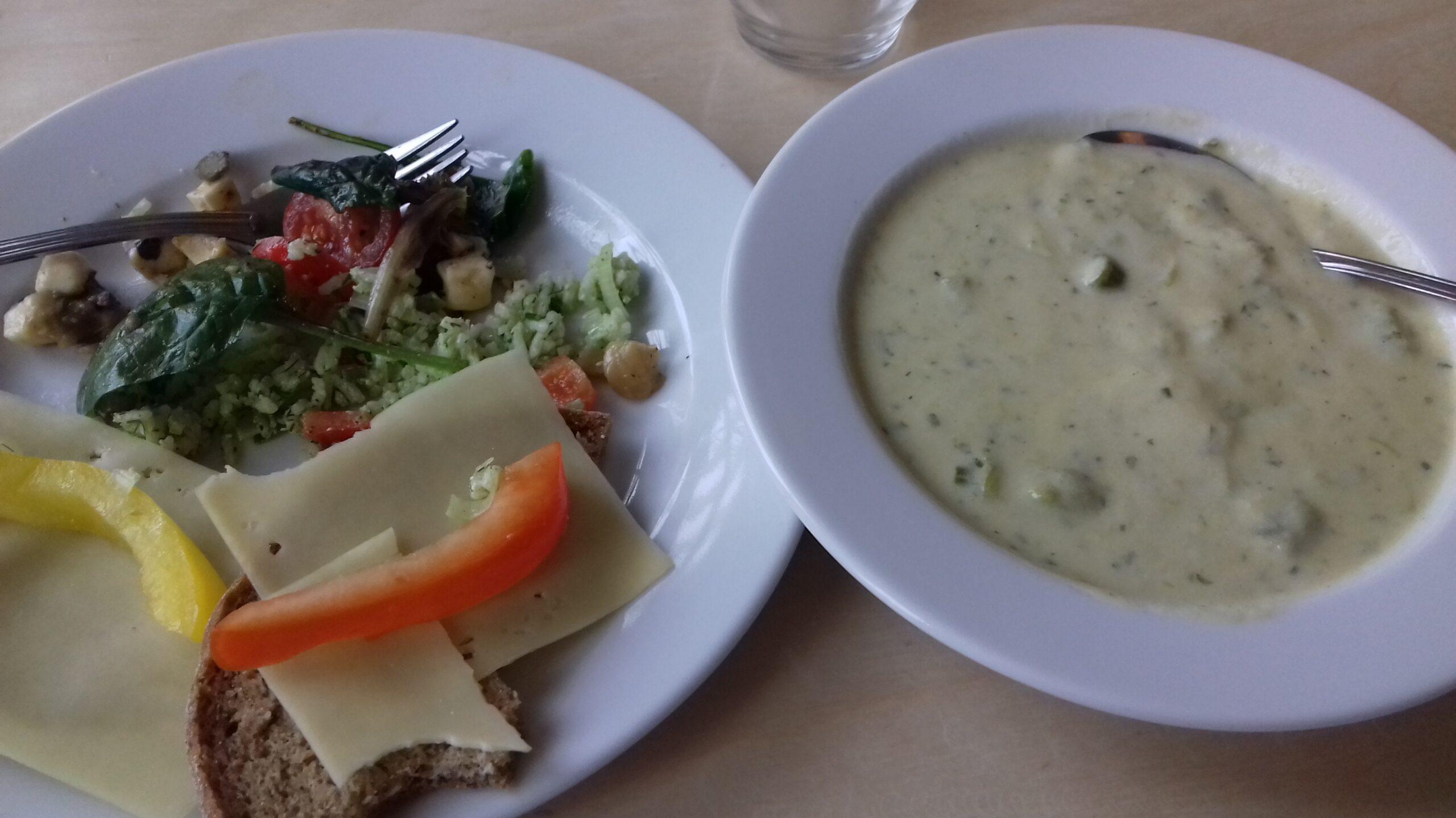 En tallrik soppa, mörkt bröd toppat med ost och paprika