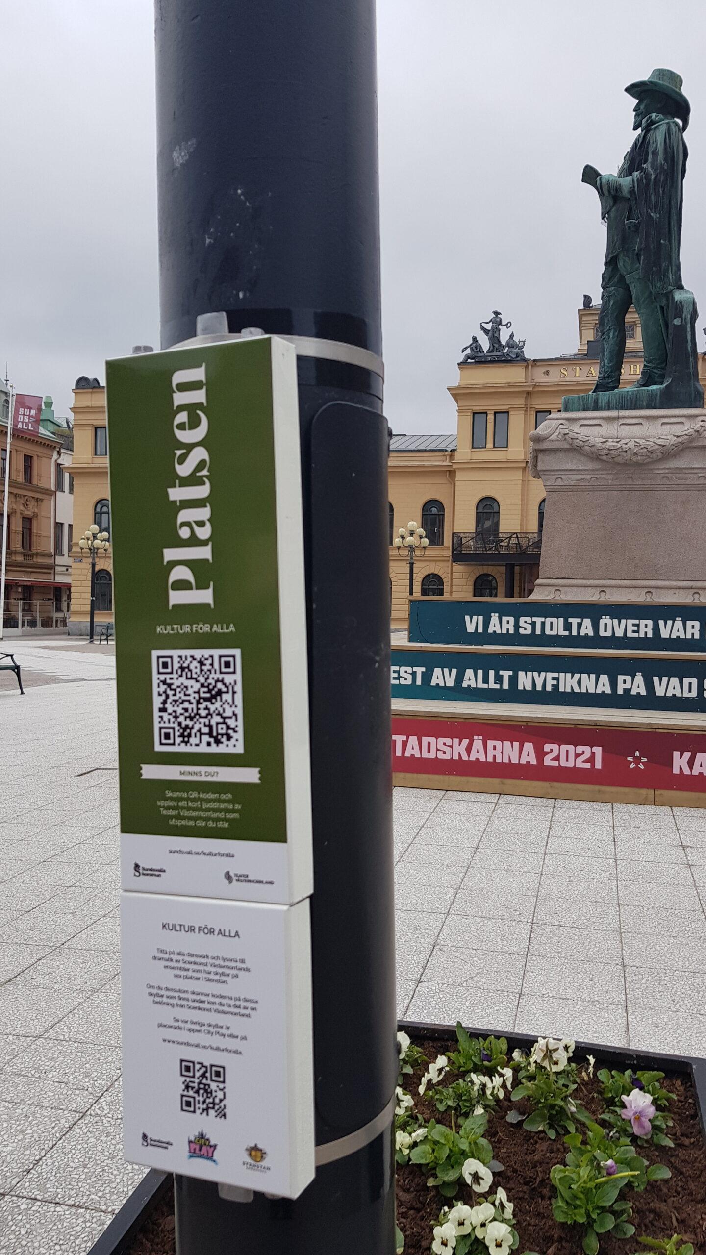 Skylten med QR koden sitter på en lyktstolpe på Stora torget i Sundsvall