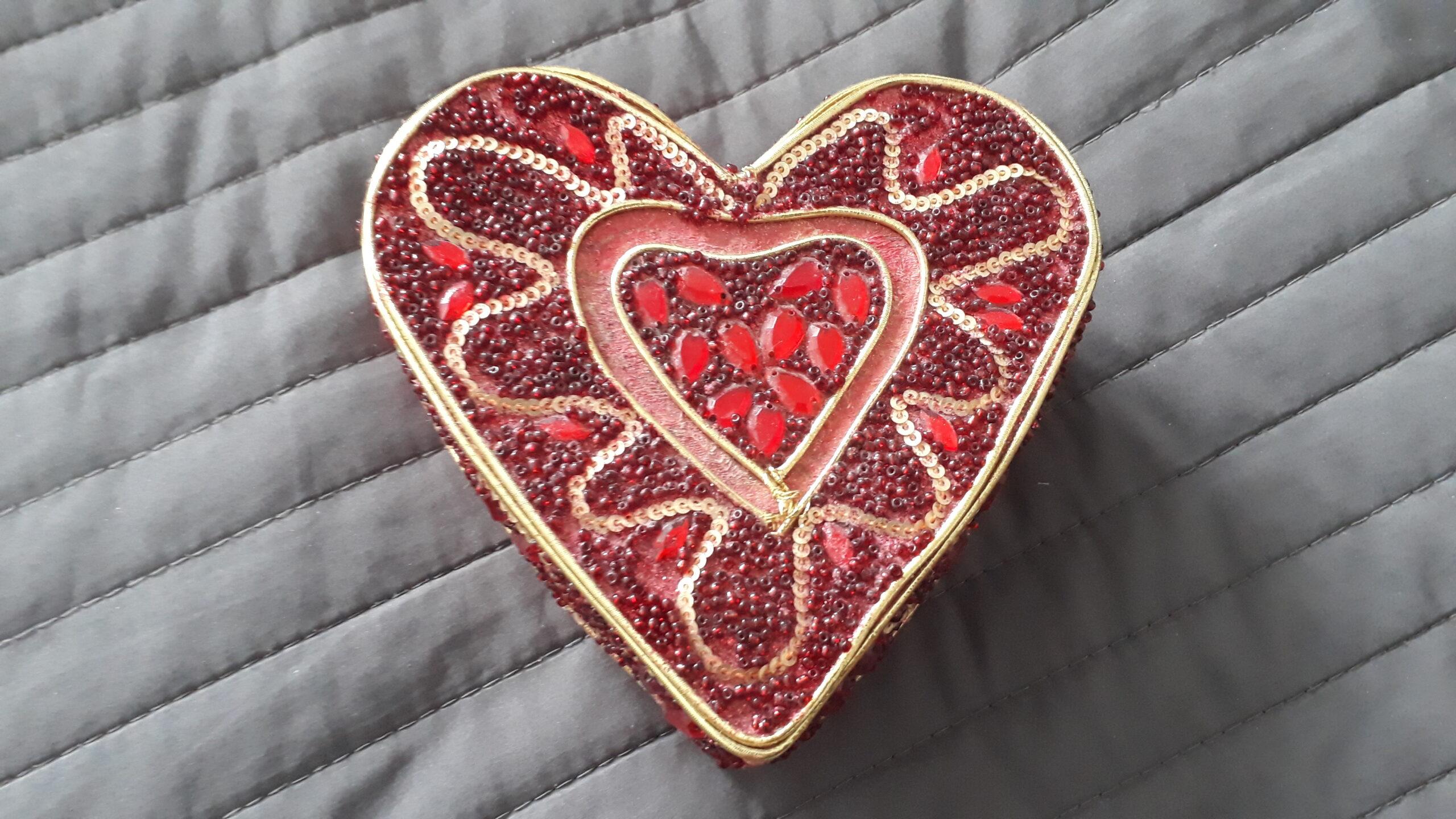 Ett rött hjärta mot en grå bakgrund