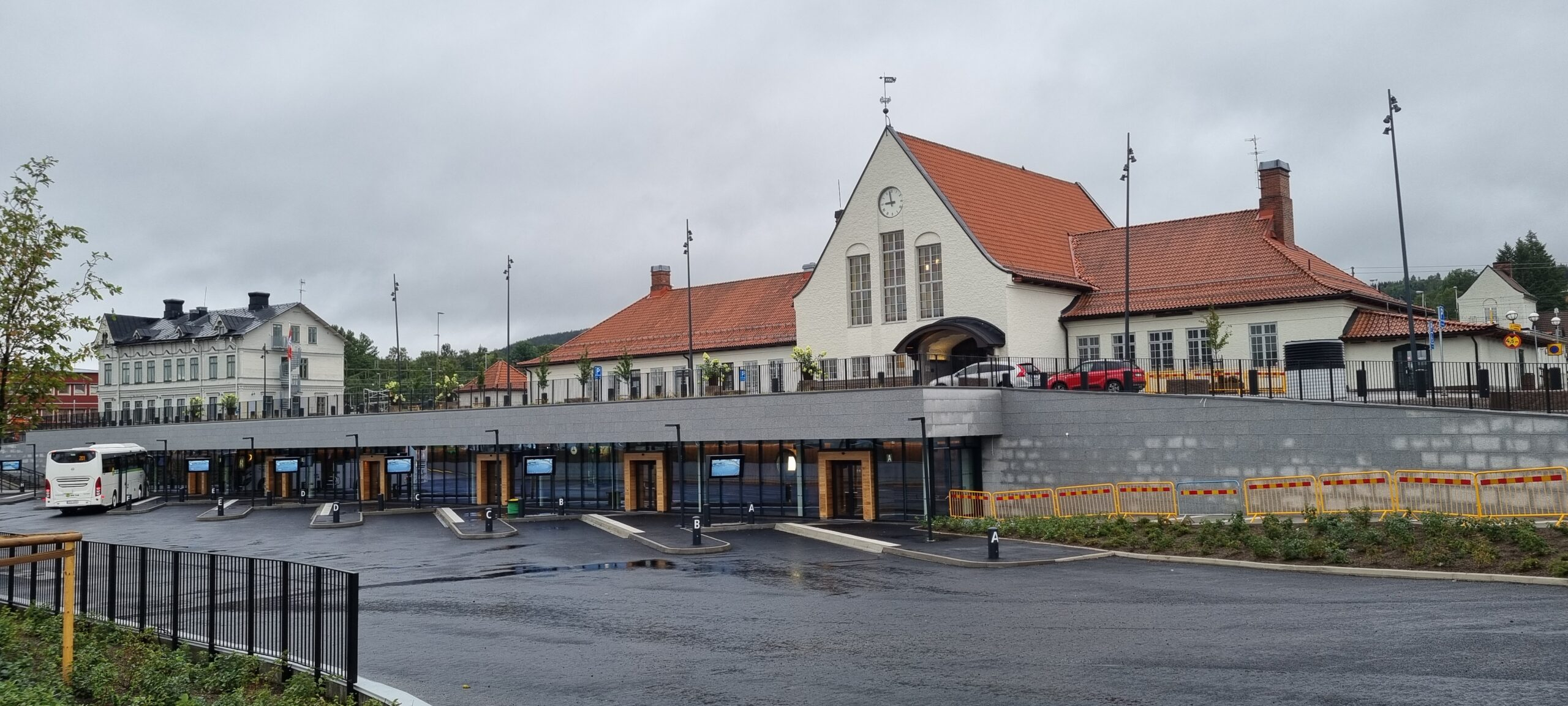 Busstation i undre plan och det anrika stationshuset i markplan