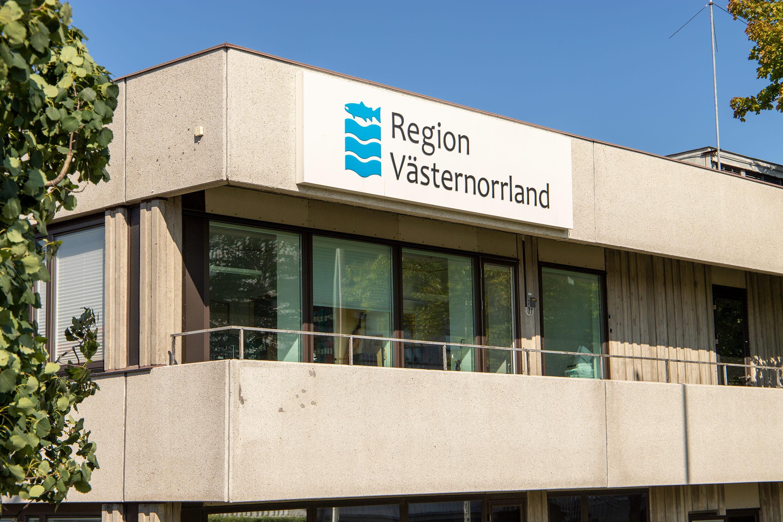 Regionens hus med regionens skylt och logga på den gråa fasaden