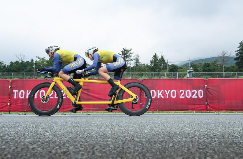 Anna och Louise i full action på sin gula tandemcykel på banan i Tokyo 2021