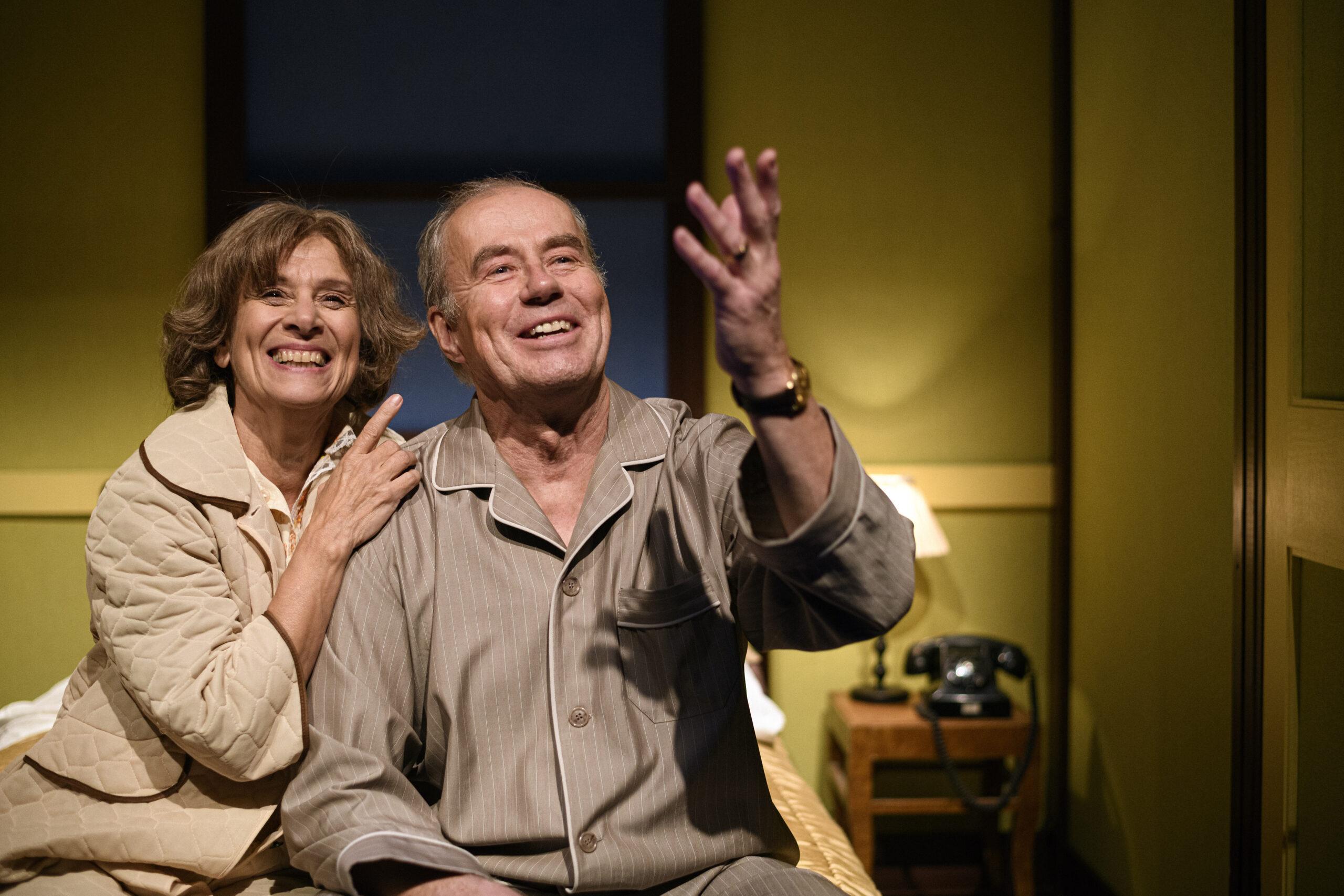 Ur en scen med Gisela och Lennart. De ser lyckliga och drömmande ut
